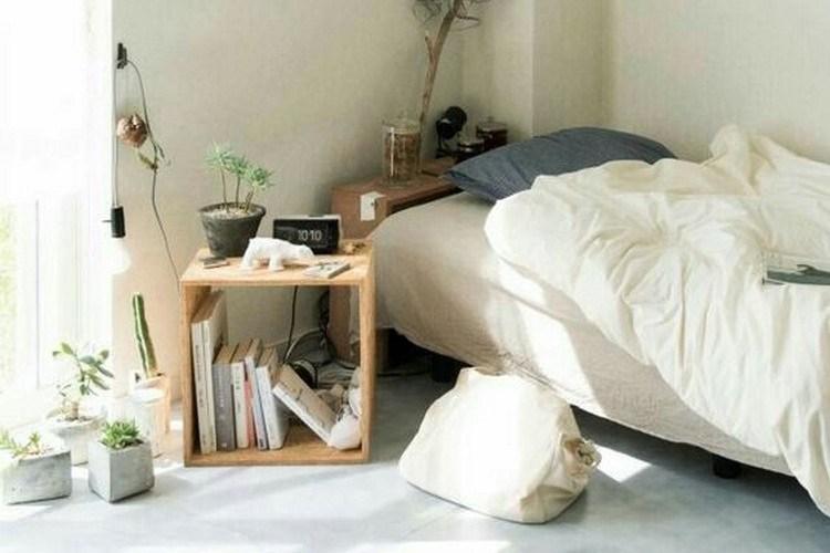 kamar sederhana dengan kabinet kayu