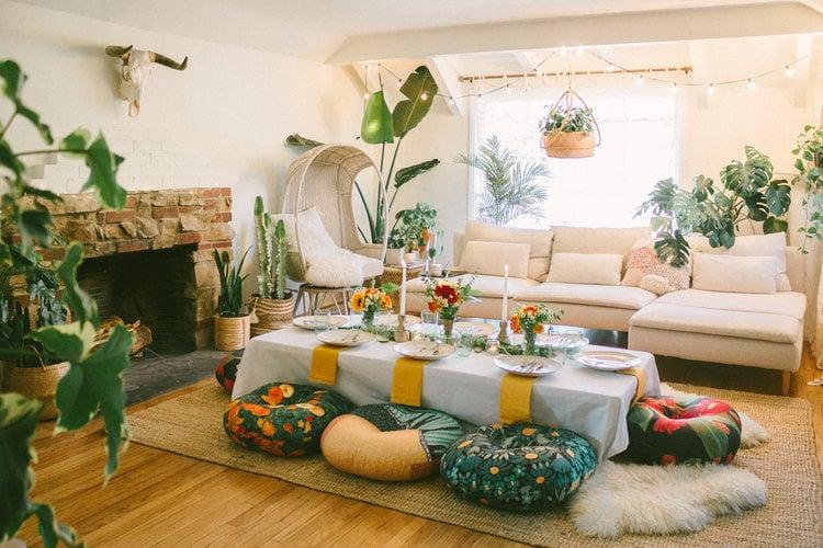 ruang makan lesehan bertema natural
