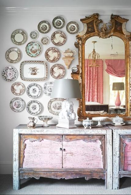 piring keramik di dinding