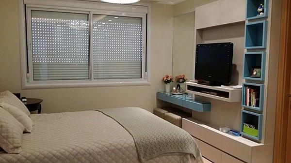 kamar kos kecil dengan kasur besar