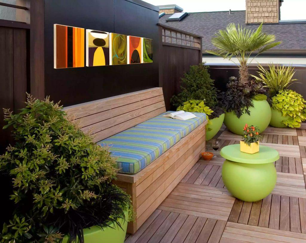 ruang santai di rooftop bernuansa kayu