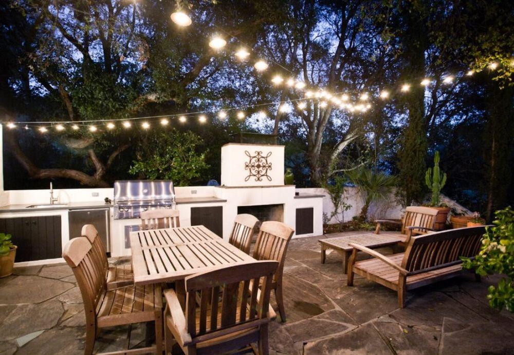 area tamu outdoor dengan lampu hias