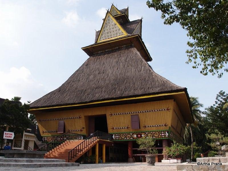 gambar rumah adat karo