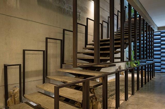 tangga ruangan bergaya industrial