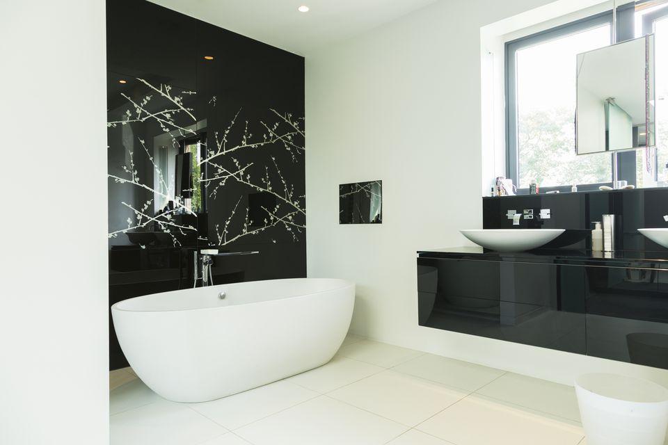 cat warna hitam kamar mandi