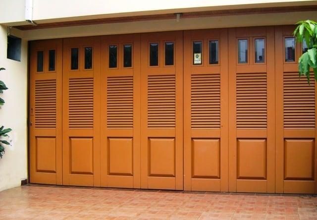 9 Inspirasi Desain Pintu Garasi Minimalis Untuk Rumahmu. Pilih Mana?