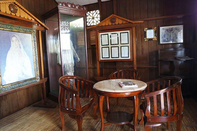 rumah bersejarah yang didominasi perabotan kayu menawan