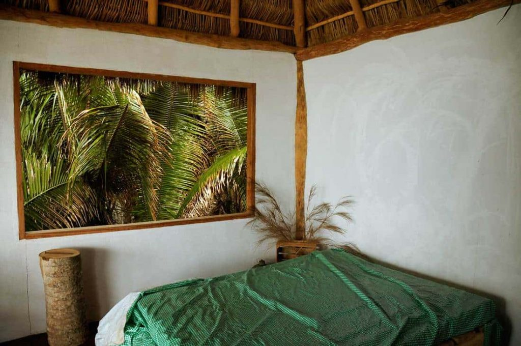rangka atap kayu dan dekorasi minimal