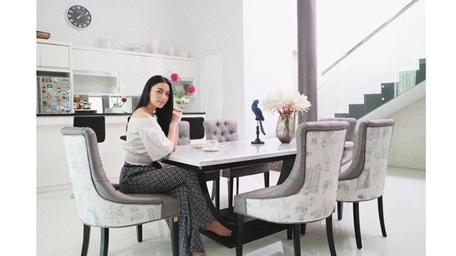 Ruang Makan dan Dapur Bernuansa Putih