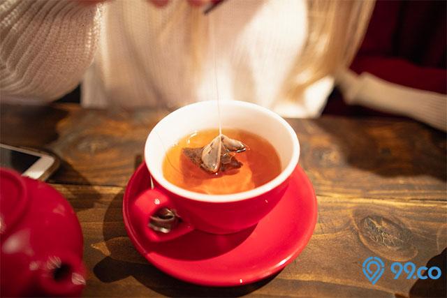 membersihkan mebel jati dengan air teh