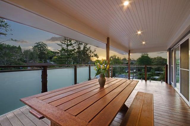balkon kayu minimalis dengan railing kaca