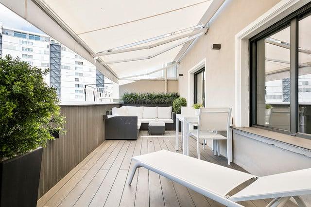 balkon kayu minimalis kursi pantai putih