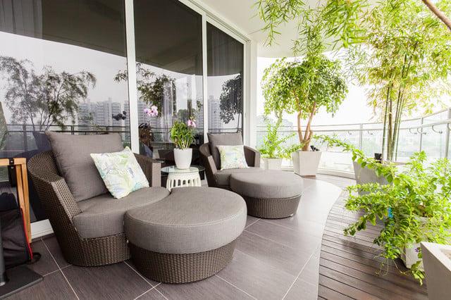 balkon minimalis abu abu dan tanaman hijau