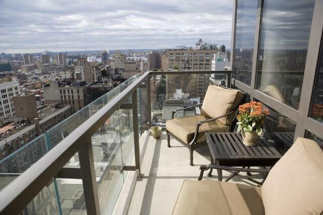 balkon minimalis apartemen dengan railing kaca dan besi baja