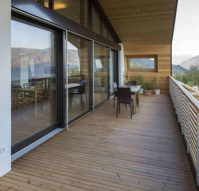 balkon minimalis dari kayu dan railing besi