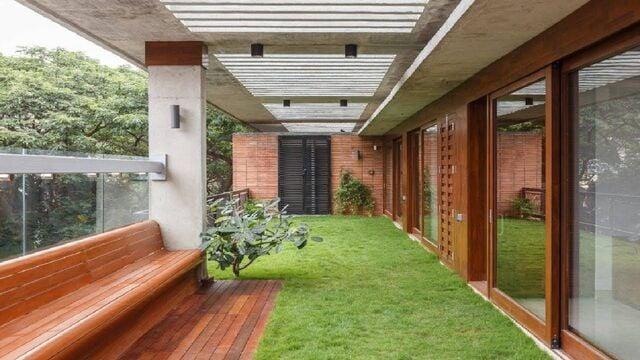 balkon minimalis dengan rumput sintetis hijau