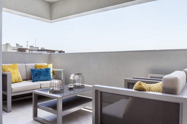 balkon minimalis elegan abu abu