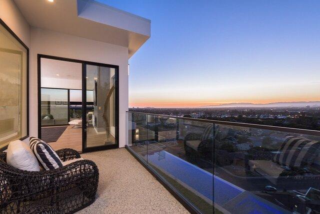balkon minimalis kaca pemandangan indah