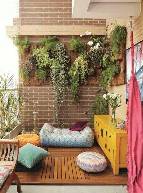 balkon minimalis kayu dan tanaman