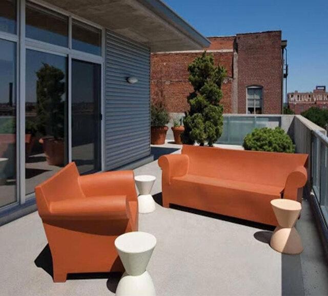 balkon minimalis kursi merah putih