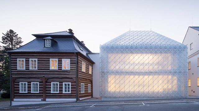 bangunan kaca tembus pandang