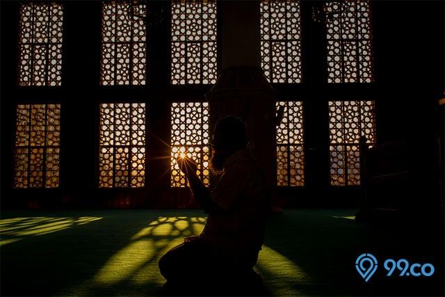 berdoa di masjid