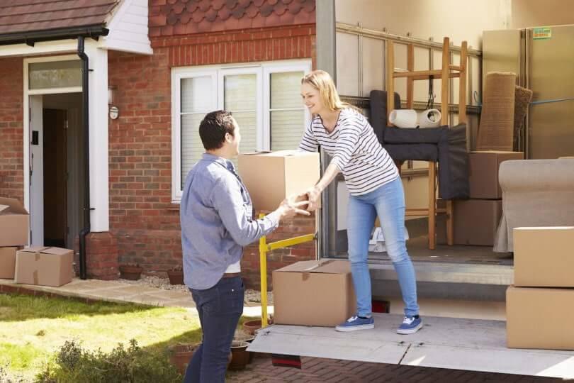 membungkus barang saat pindah rumah