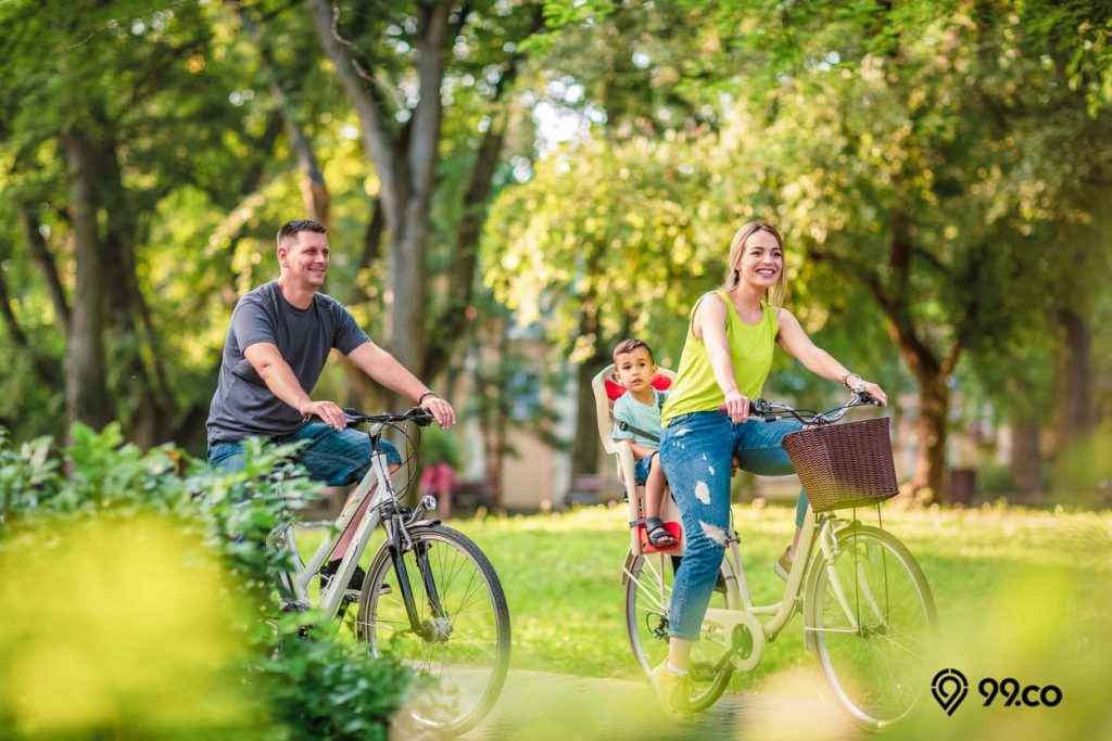 keluarga naik sepeda