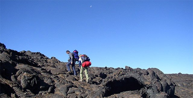 dua orang naik gunung