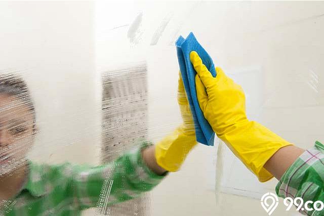 membersihkan kaca kamar mandi