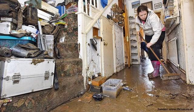 cara membersihkan rumah kebanjiran