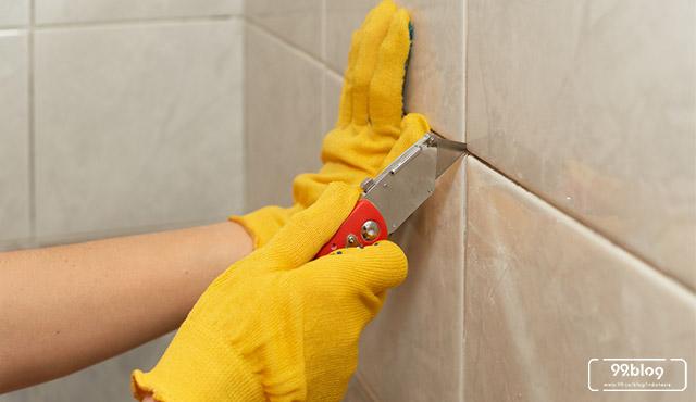 cara membersihkan dinding kamar mandi