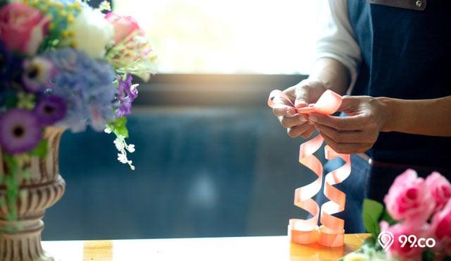 4 Cara Membuat Bunga dari Plastik & Inspirasi Penggunaannya untuk Hiasan Rumah