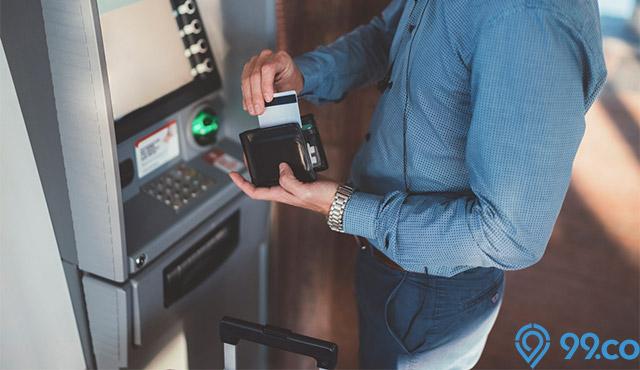 Cara Mengambil Uang di ATM Berbagai Bank yang Benar & Aman. Cermati!