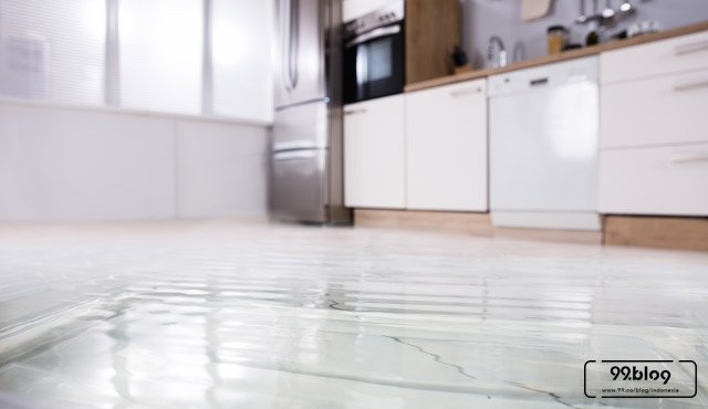 5 Cara Mengatasi Lantai Rembes di Rumah. Pahami Langkahnya, Yuk!
