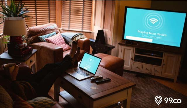 6 Cara Menyambungkan Laptop ke TV dengan Mudah biar Bisa Nonton Film di Layar TV Besar!