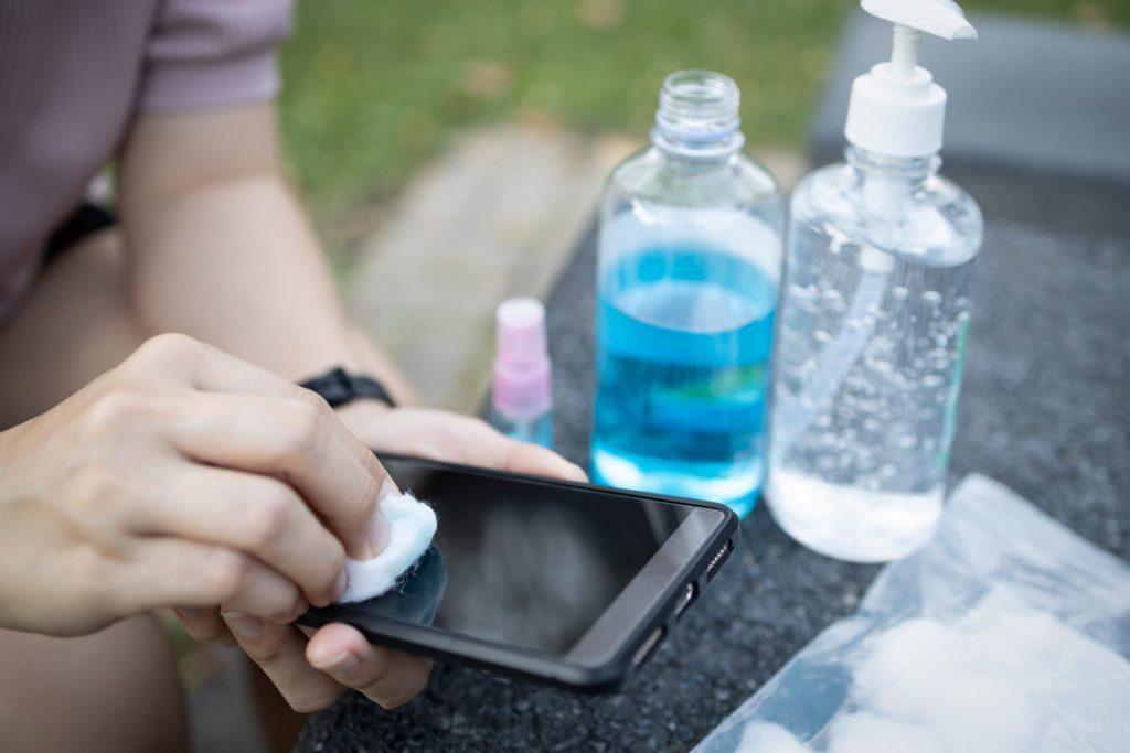 hand sanitizer untuk bersihkan casing ponsel