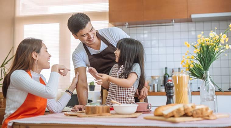 orang tua membuat kue bersama anak
