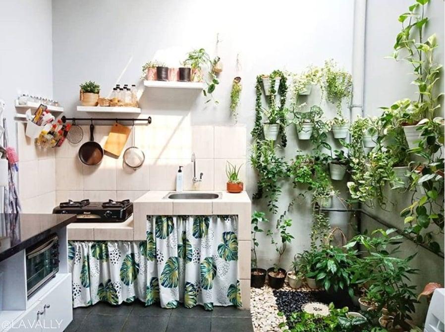 konsep dapur terbuka dan taman kecil