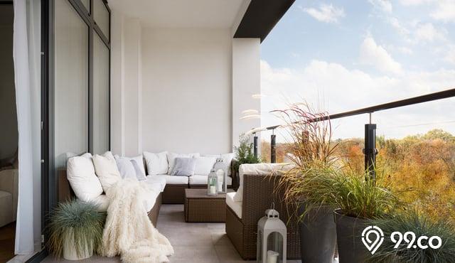 desain balkon minimalis kursi putih tanaman hijau