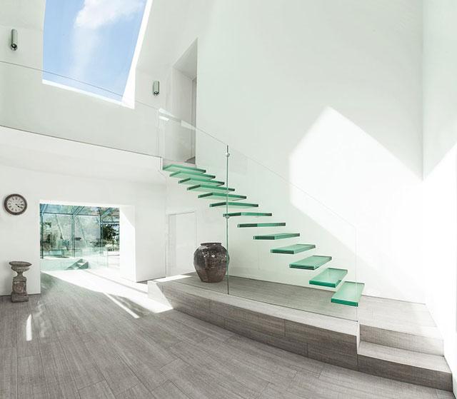 desain tangga rumah sempit dari kaca