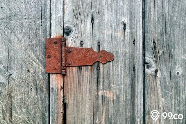 engsel pintu karatan