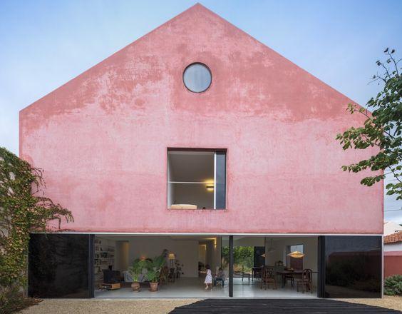 fasad rumah minimalis atap segitiga berwarna pink