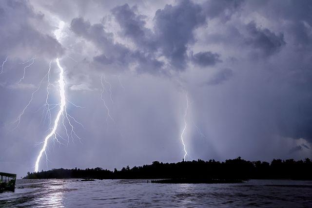 fenomena aneh everlasting storm venezuela - 7 Tempat Dengan Fenomena Aneh Di Dunia | Ada Laut Setan!