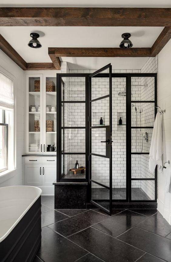 tempat mandi bergaya industrial dengan rangka pintu besi warna hitam