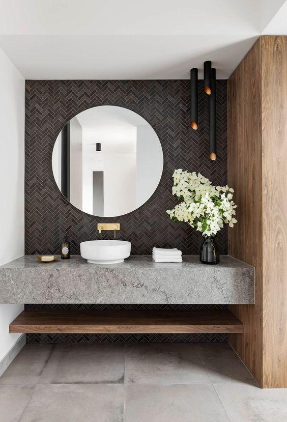 cermin besar di atas wastafel batu marmer