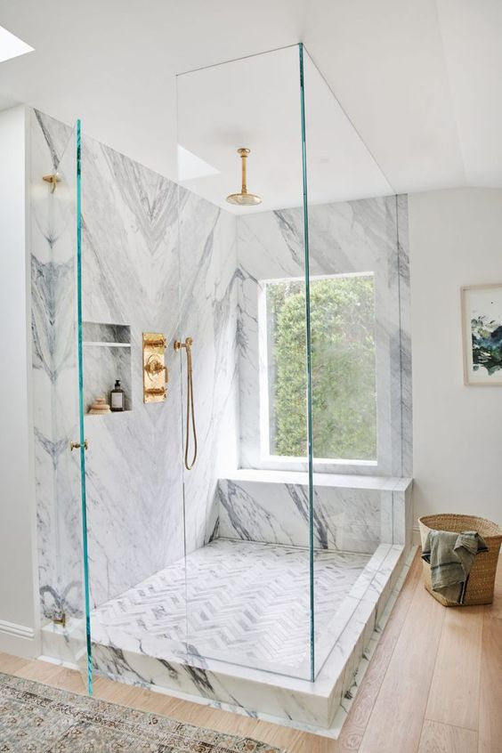 gambar kamar mandi mewah dengan sentuhan emas dan marmer