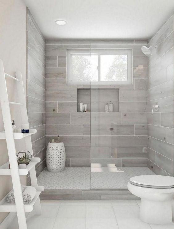 motif keramik kayu warna abu-abu di kamar shower