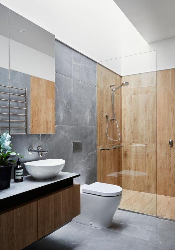 kamar mandi perpaduan batu dan kayu