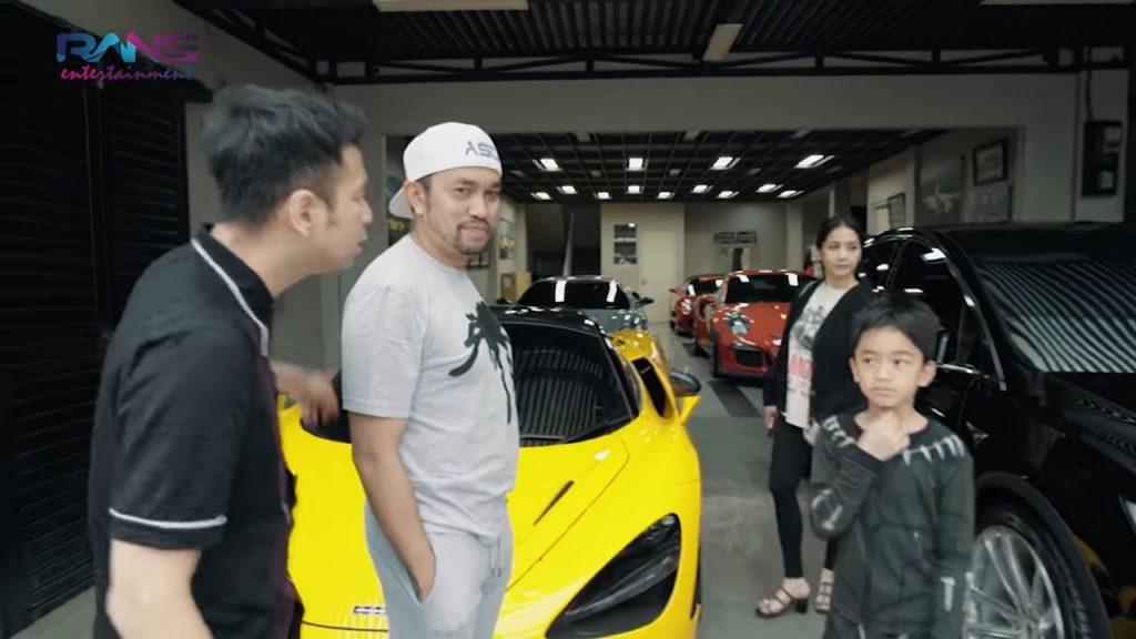 Garasi Mobil Mewah dengan lamborghini kuning